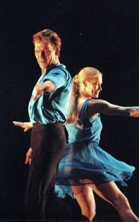 Passi di danza per Patrick Swayze in una scena di One Last Dance