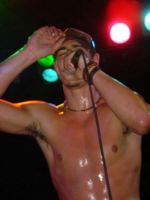 Eric Balfour sudato durante un concerto live