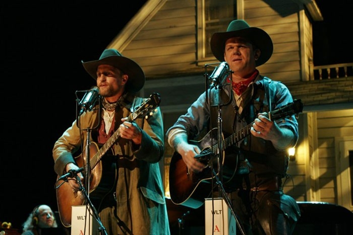 John C. Reilly e Woody Harrelson in  in una scena del film Radio America