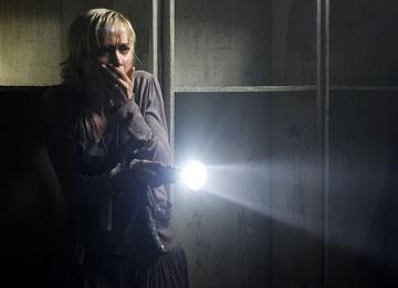 Radha Mitchell tenta di soffocare un urlo in una sequenza di Silent Hill