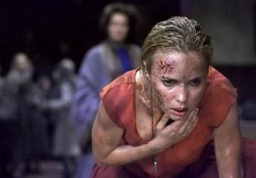 Radha Mitchell in una scena drammatica di Silent Hill, diretto da Christophe Gans