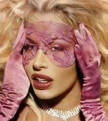 guanti e mascherina per Valeria Marini