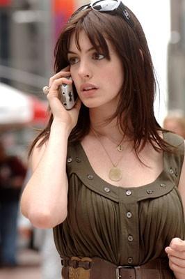 Anne Hathaway al telefono ne Il diavolo veste Prada