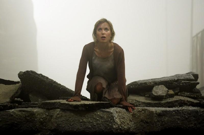 Radha Mitchell in una scena di SILENT HILL, diretto da Christophe Gans e ispirato all'omonimo videogame