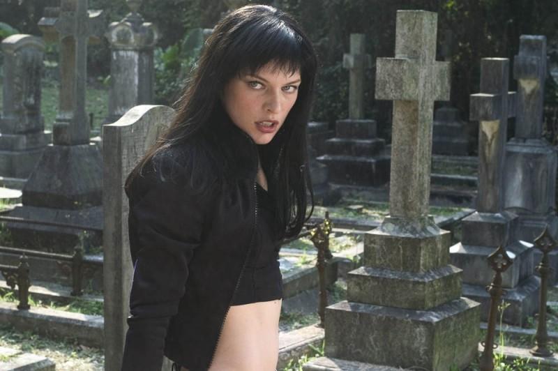 Milla Jovovich in un cimitero, in una sequenza di Ultraviolet