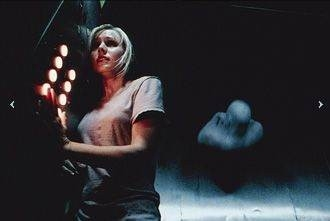 Kristen Bell in una scena dell'horror Pulse
