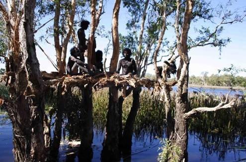 Una scena di Dieci canoe