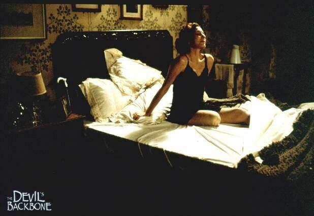 Marisa Paredes in una morbosa immagine del film La spina del diavolo