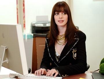 Anne Hathaway in una scena de Il diavolo veste Prada