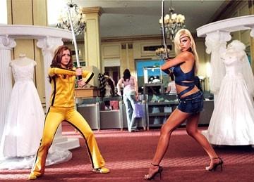 Alyson Hannigan e Sophie Monk in una scena del film Hot Movie