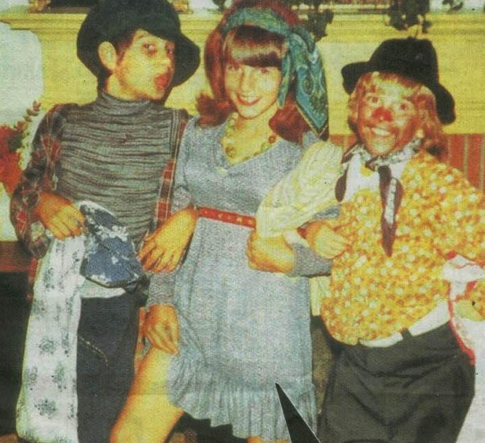 Il piccolo Tom Cruise ad un party in maschera, vestito da donna
