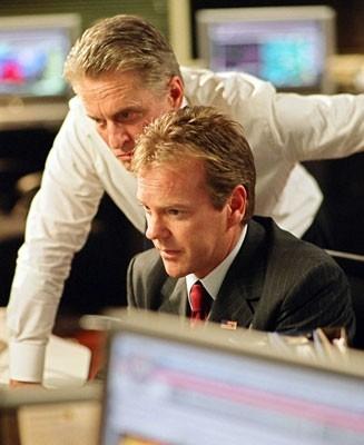 Michael Douglas e Kiefer Sutherland in una scena del film The Sentinel