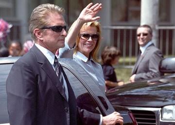 Michael Douglas con Kim Basinger in  una scena del film The Sentinel