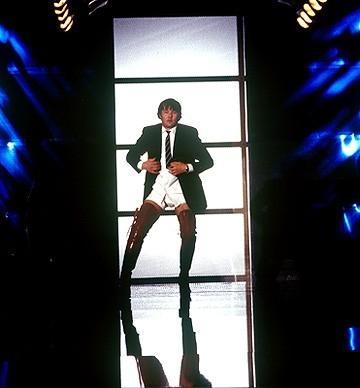 Joel Edgerton in una scena di Kinky Boots
