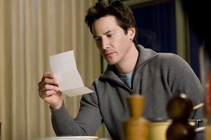 Keanu Reeves in una sequenza del film  La casa sul lago del tempo