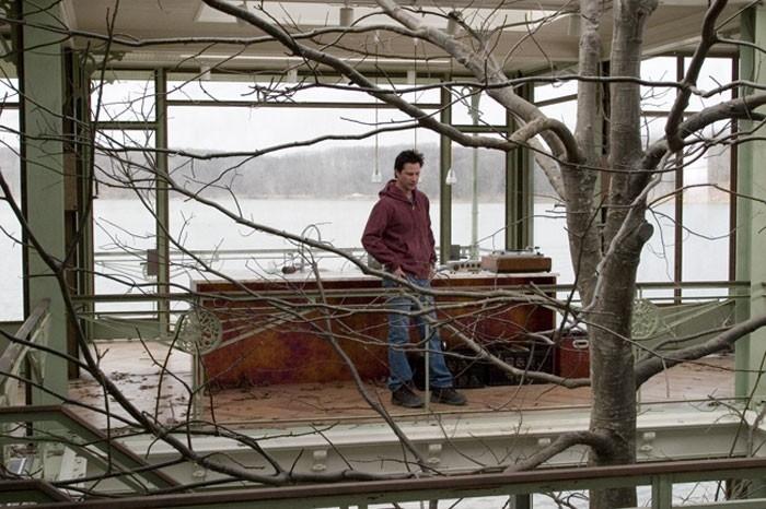 Keanu Reeves in una scena del film  La casa sul lago del tempo
