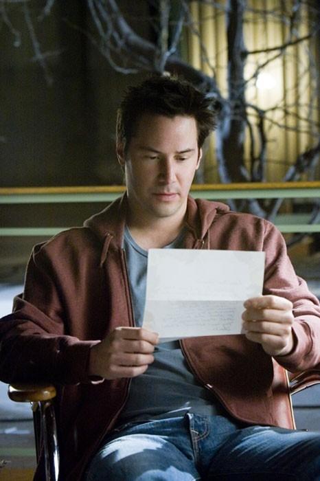 Keanu Reeves legge una lettera nel film  La casa sul lago del tempo