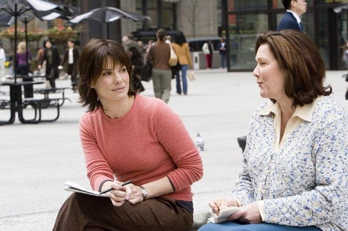 Sandra Bullock e Willeke Van Ammelrooy in una scena del film  La casa sul lago del tempo