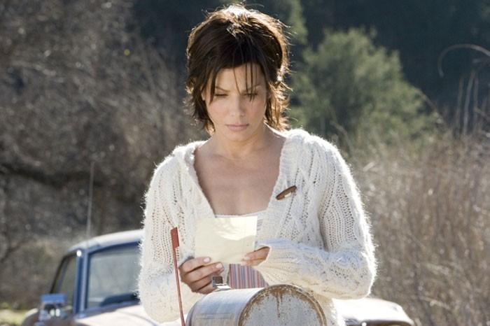 Sandra Bullock legge una lettera in una scena del film  La casa sul lago del tempo