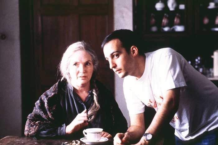 Fionnula Flanagan con Alejandro Amenábar sul set di The Others