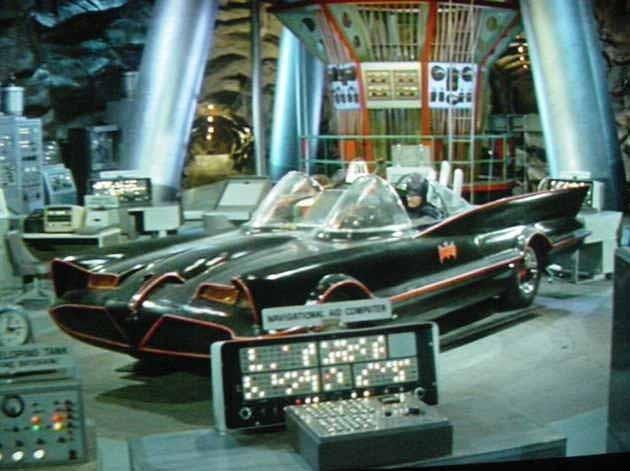 La batmobile nella batcaverna nella serie tv 'Batman'