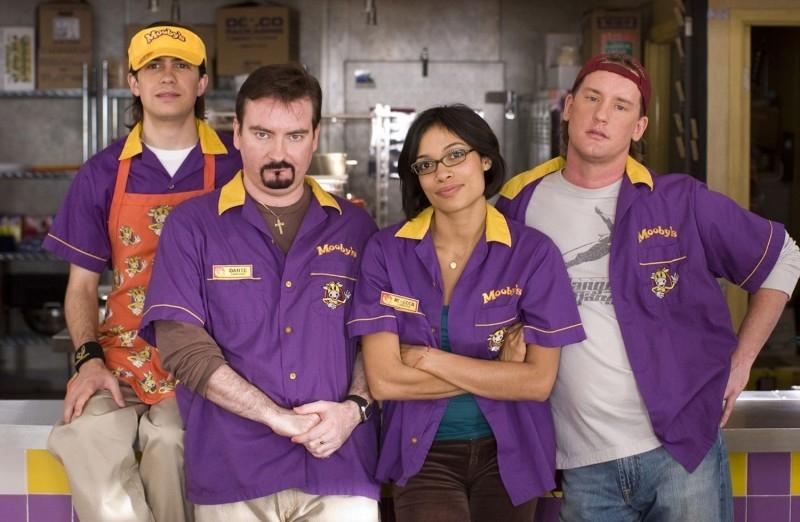 Trevor Fehrman, Brian O'Halloran, Rosario Dawson e Jeff Anderson in una scena di Clerks II