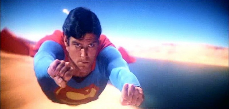 Christopher Reeve in una scena d'azione di SUPERMAN