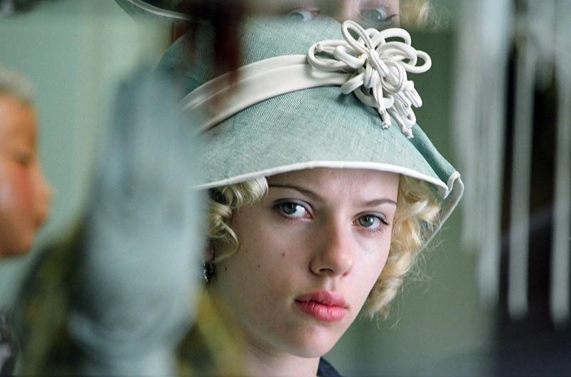 Scarlett Johansson in una scena del film in costume Le seduttrici