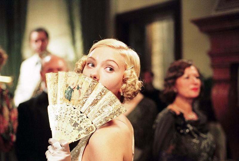 Una maliziosa Scarlett Johansson in una scena del film Le seduttrici