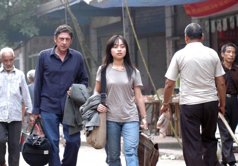 Sergio Castellitto e Tai Ling in una scena di La stella che non c'è