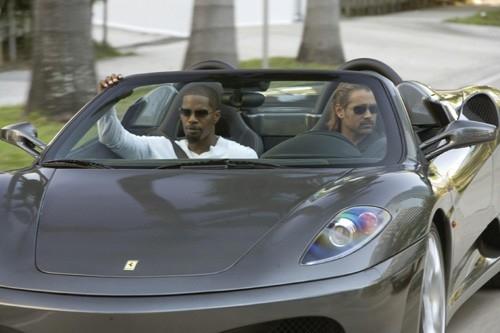 Jamie Foxx insieme a Colin Farrell in una scena del film Miami Vice