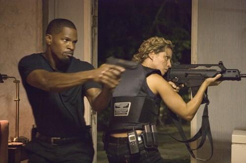 Jamie Foxx e Elizabeth Rodriguez in una scena del film Miami Vice