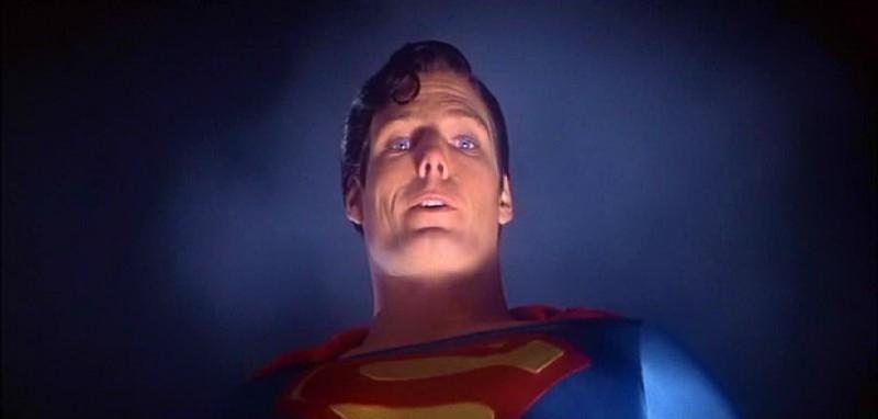 Christopher Reeve in una scena del film superomistico SUPERMAN