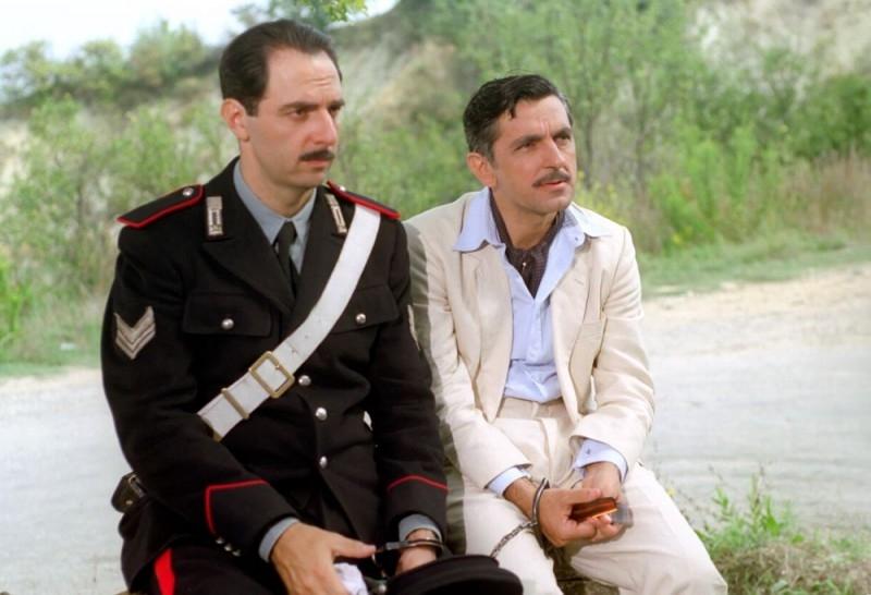 Neri Marcorè e Vincenzo Salemme in una scena del film Baciami piccina