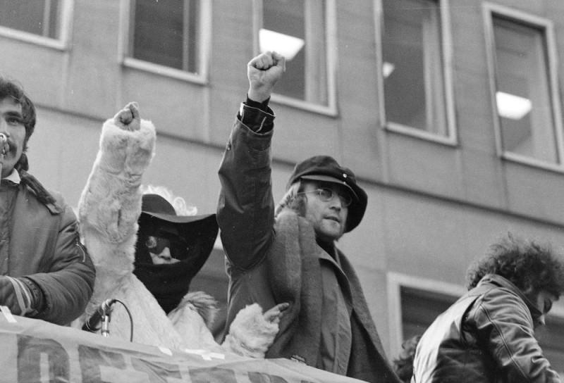 John Lennon e Yoko Ono in una scena del documentario The US vs. John Lennon