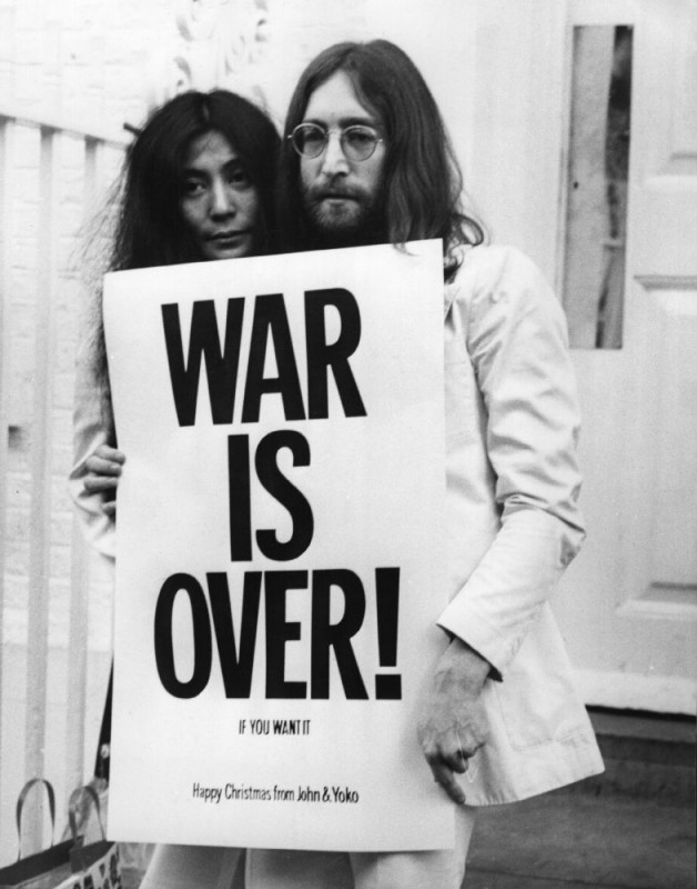 John Lennon e Yoko Ono in una scena del documentario The U.S. vs. John Lennon