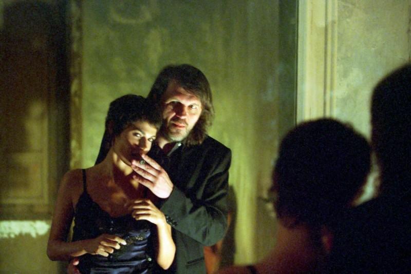 Emir Kusturica e Valeria Solarino in una scena del film Viaggio segreto