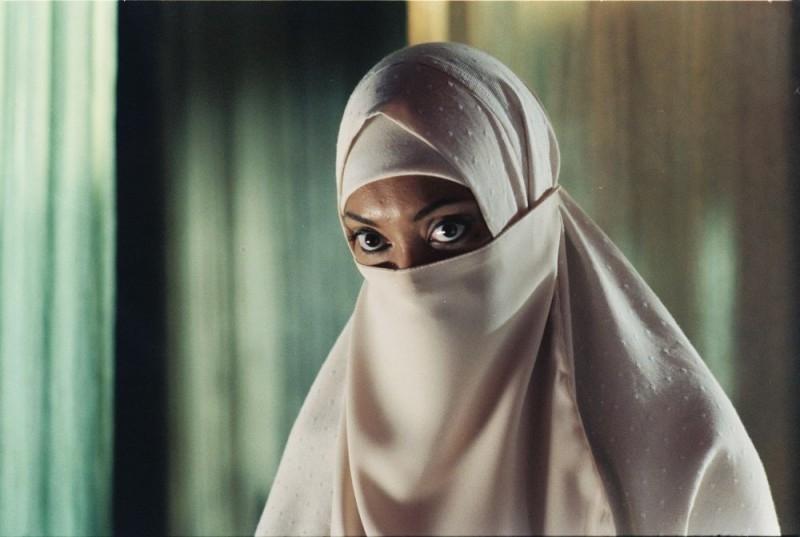 Gina Torres con il volto velato in una scena del film Five Fingers