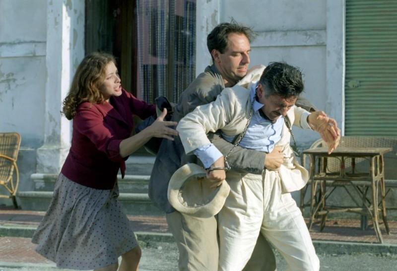 Neri Marcorè con Elena Russo e Vincenzo Salemme in una scena del film Baciami piccina