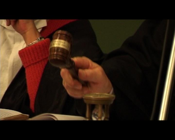 Una scena del film L'udienza è aperta