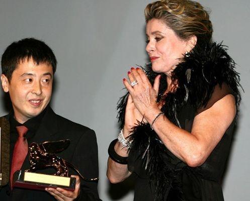 Il vincitore del Leone dìoro Jia Zhang-Ke con la presidentessa della giuria di Venezia 63. Catherine Deneuve