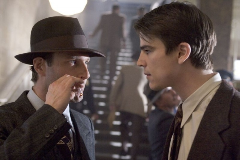 Aaron Eckhart  e Josh Hartnett in una scena di The Black Dahlia