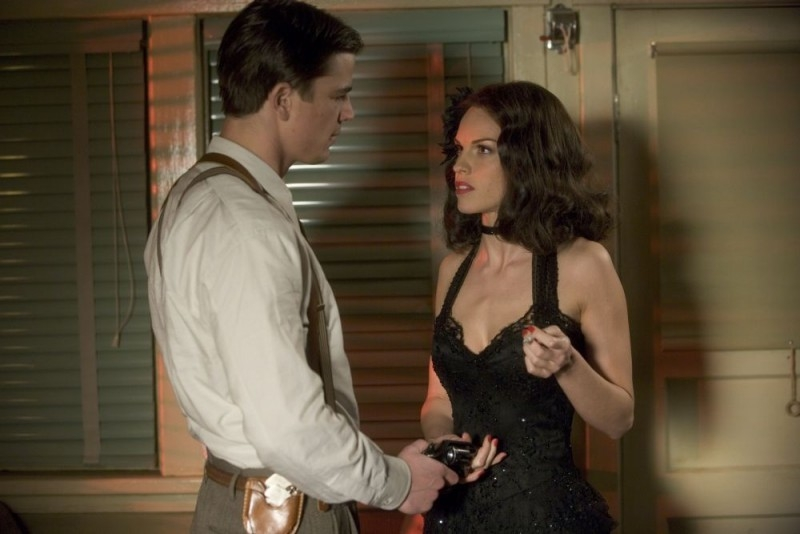Hilary Swank e Josh Hartnett in una scena di The Black Dahlia