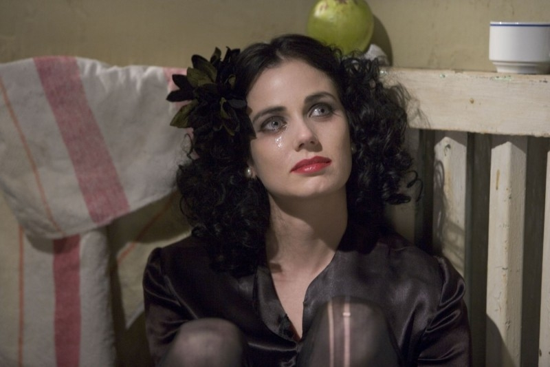 Mia Kirshner in una sequenza del film The Black Dahlia