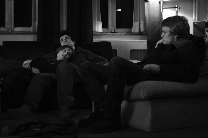 Isabelle Huppert con Jeremie e Yannick Rénier in una scena di Private Property
