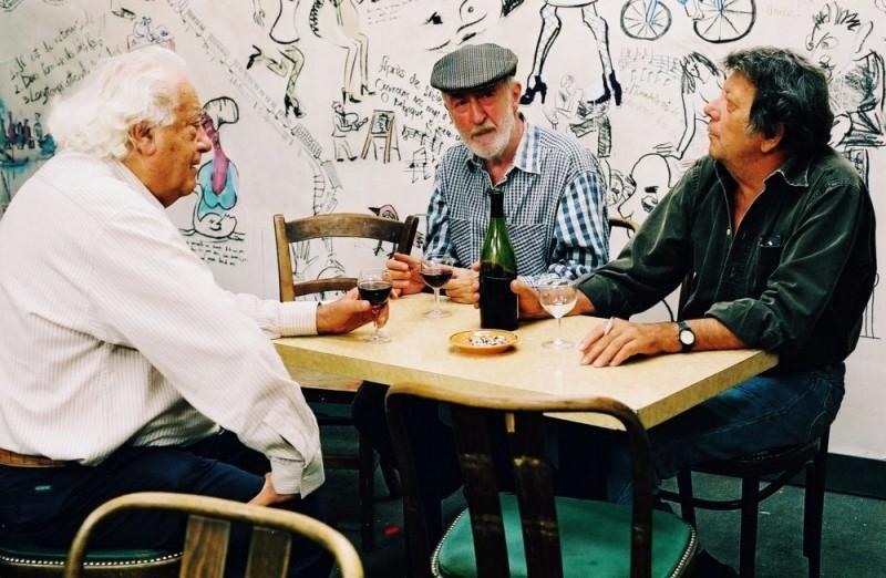 Otar Iosseliani (al centro) in una scena del film Giardini in autunno