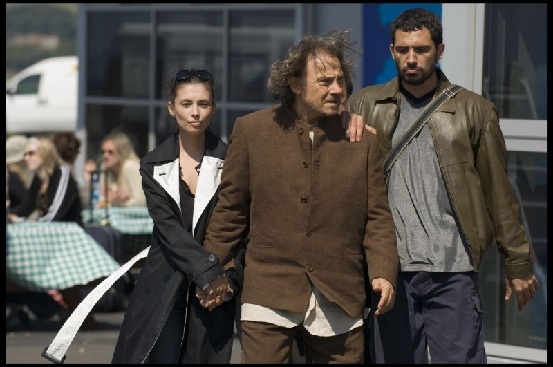 Jane March e Harvey Keitel in una scena del film Il mercante di pietre