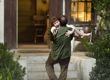 Bryce Dallas Howard e Paul Giamatti in una scena di Lady in the Water