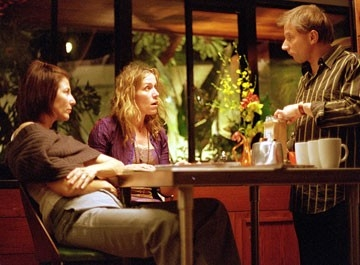 Catherine Keener, frances McDormand e Simon McBurney in una scena del film Friends with Money