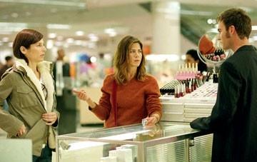 Catherine Keener, Jennifer ANiston e John Srednicki  in una scena del film Friends with Money